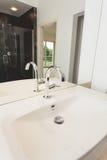 Белая керамическая раковина ванной комнаты Стоковое Изображение