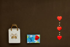 Белая керамическая сумка, голубая коробка с подарком дня валентинок и сердца Стоковая Фотография RF