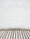 Белая кирпичная стена и деревянный пол Стоковое Изображение RF
