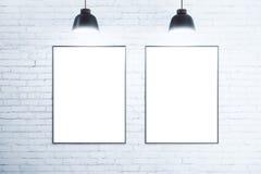 Белая кирпичная стена с пустыми белыми плакатами иллюстрация вектора