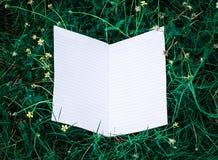 Белая книга с зелеными лист Стоковое Фото