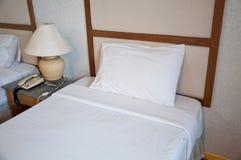 Белая комната кровати Стоковая Фотография