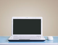 Белая компьтер-книжка на таблице - месте для Стоковое Изображение
