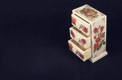 Белая коробка в винтажном стиле на темной предпосылке стоковая фотография rf