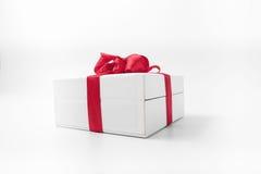 Белая коробка с красным подарком смычка Стоковые Изображения