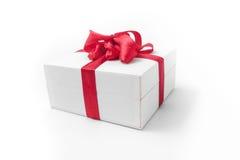 Белая коробка с красным подарком смычка Стоковые Фото