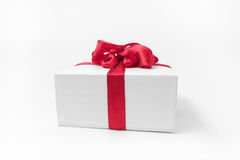 Белая коробка с красным подарком смычка Стоковое Изображение