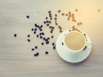 Белая кофейная чашка тона кофе latte и кофейного зерна теплого Стоковая Фотография RF