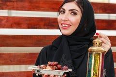 Белая красивая женщина с abaya стоковое изображение rf