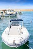 Белая красивая шлюпка причаленная к пристани Стоковые Фотографии RF