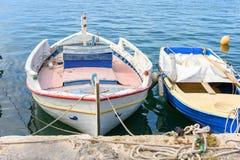 Белая красивая шлюпка причаленная к пристани Стоковые Изображения