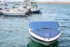 Белая красивая шлюпка причаленная к пристани Стоковое Фото