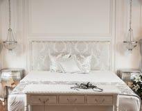 Белая кровать в гостинице курорта Стоковое фото RF