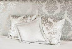 Белая кровать в гостинице курорта Стоковое Фото