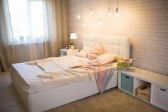 Белая кровать в интерьере Стоковые Фото