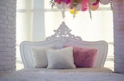 Белая кровать с подушками Стоковая Фотография RF