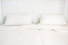 Белая кровать с 2 подушками Стоковое Фото