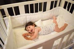 белая кровать для ребенка и младенца Стоковые Изображения