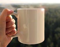 Белая кружка в руке, модель-макете Стоковые Фотографии RF