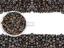 Белая кружка и фасоли кофейной чашки стоковые фотографии rf
