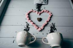 Белая кружка с розовым сердцем Стоковая Фотография RF