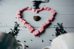Белая кружка с розовым сердцем Стоковое Изображение RF