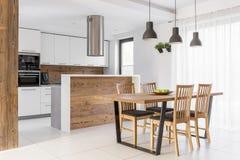 Белая кухня с таблицей стоковые фотографии rf
