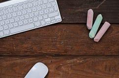 Белая клавиатура на деревянном поле стоковая фотография