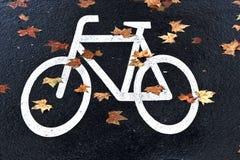 Белая маркировка для майны велосипеда на улице Стоковая Фотография