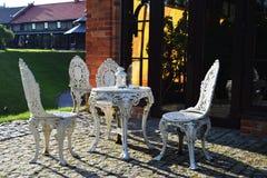 Белая металлическая винтажная мебель в парке Стоковая Фотография