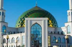 Белая мечеть с Green Dome Стоковое фото RF