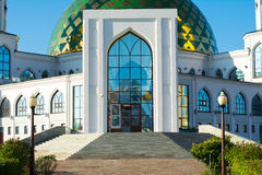 Белая мечеть с Green Dome Стоковые Фото