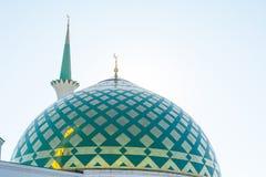 Белая мечеть с Green Dome Стоковое Изображение RF