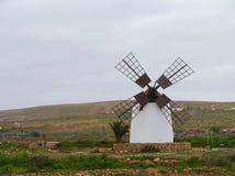 Белая мельница с 4 крылами на Фуэртевентуре Стоковое Изображение RF