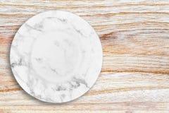 Белая мраморная плита помещенная на древесине Стоковое фото RF