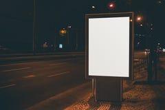 Белая насмешка плаката информации вверх в городских условиях ночи Стоковые Изображения RF