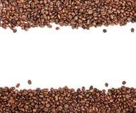 Белая нашивка внутри зажаренные в духовке коричневым цветом кофейные зерна стоковое изображение rf