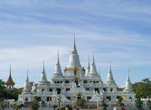 Белая пагода на предпосылке голубого неба стоковая фотография