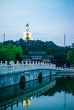 Белая пагода осветила вверх в вечере на острове цветка нефрита стоковая фотография