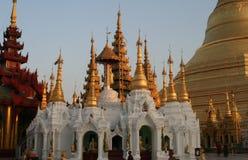 Белая пагода с золотой крышей стоковые изображения