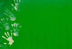 Белая печать руки краски на зеленой стене металла Стоковые Изображения