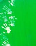 Белая печать руки краски на зеленой стене металла Стоковые Фото
