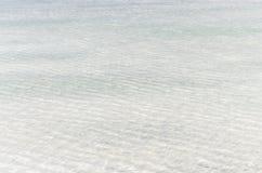Белая поверхность соли под чистой водой озера Baskunchak, России Стоковое Изображение RF