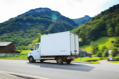Белая поставка Van с Альпами в предпосылке Стоковое фото RF