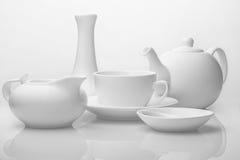 Белая посуда на белой предпосылке стоковые изображения