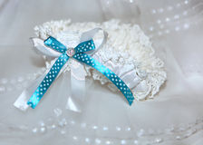 Белая подвязка с голубой лентой и diamante Стоковые Изображения