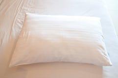 Белая подушка на кровати Стоковая Фотография