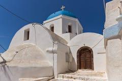 Белая православная церков церковь с голубой крышей в острове Santorini, Thira, Греции Стоковая Фотография
