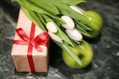 Белая предпосылка зеленого цвета подарочной коробки тюльпана Стоковое Изображение