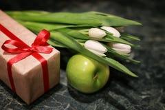 Белая предпосылка зеленого цвета подарочной коробки тюльпана Стоковые Фото